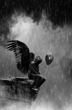Angel_staue_in_the_rain